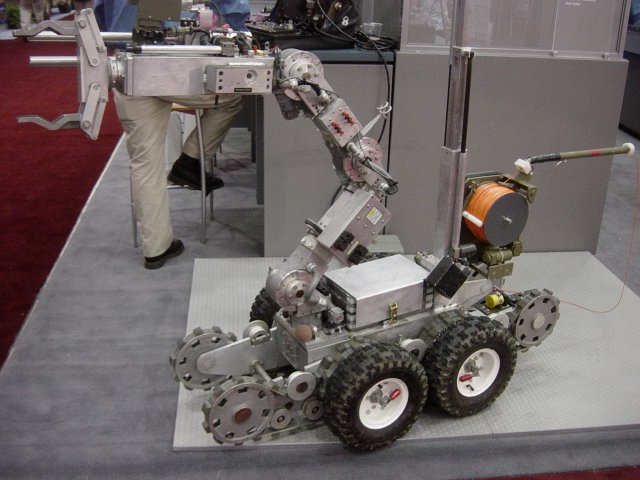 Northrop-Grumman Remotec Unveils Next-generation Andros Robot for EOD applications 640 001