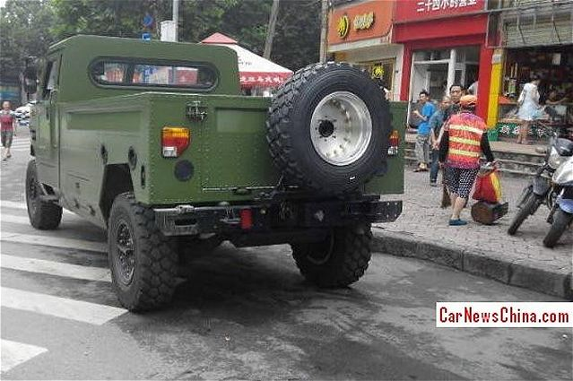 According the website carnewschina.com, Chinese army has unveiled a new variant of the famous Dongfeng EQ2050 Brave Soldier configured in personnel carrier vehicle. The EQ2050 is based on an imported AM General Hummer H1 chassis.