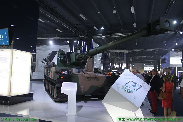 KRAB 155mm self-propelled howitzer K9 chassis MSPO 2015 defense exhibition Kielce Poland 640 001