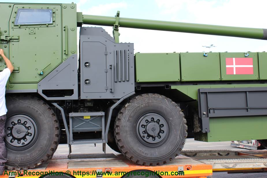 8x8 self propelled howitzer CAESAR Nexter Systems 155mm wheeled artillery truck system France details 925 003