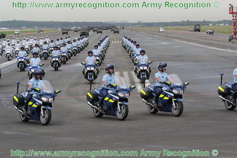 le jeu sans fin.... - Page 2 Escadron_motocycliste_Gendarmerie_departementale_France_French_military_parade_14_july_2010_Paris_002