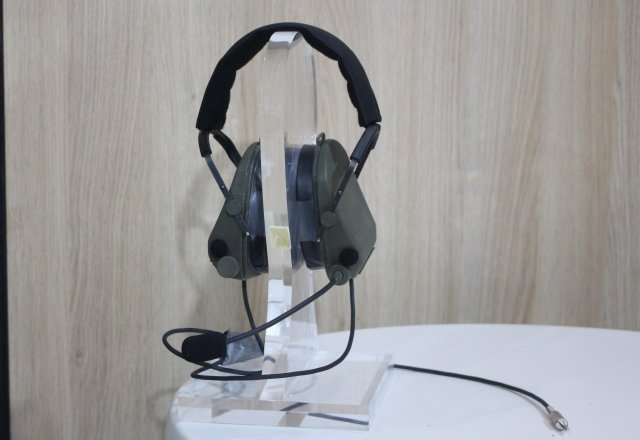 The French company ELNO presented HOPLITE at SOFINS 2017, its new headset dedicated to special forces. HOPLITE combines an active noise attenuation system and a digital noise reduction for a more comfortable use in operations, and its 3D TalkThrough system provides a 3 dimensional perception of the user's environment.