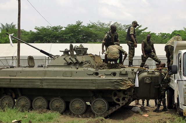 Opération Licorne et ONUCI (doc) Pro-Ouattara_fighter_prepare%20_armoured_vehicle_for_assault_against_the_residence_of_Gbagbo_001