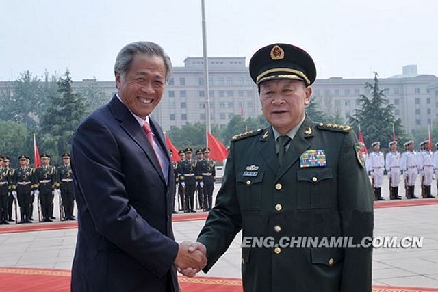 Liang Guanglie, state councilor and minister of national defense of the People's Republic of China (PRC), held talks with Ng Eng Hen, the visiting minister for defense of the Republic of Singapore, on the afternoon of June 18, 2012 in Beijing. The two sides exchanged views on such issues as the relations between the two countries and the two militaries, regional security and the South China Sea issue.