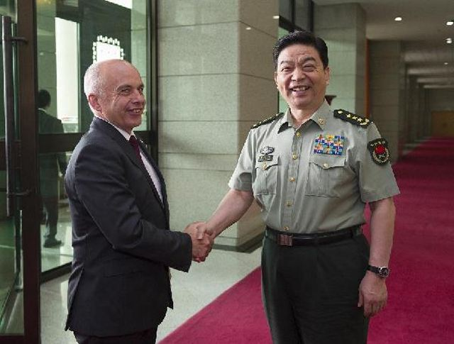 Chinese Defense Minister Chang Wanquan met with Swiss President Ueli Maurer on Thursday to discuss improving cooperation between the two countries' militaries. Chang, also a state councilor, said that with China and Switzerland maintaining high-level military contacts, institutionalized exchanges and specific cooperation between the two militaries have developed smoothly.