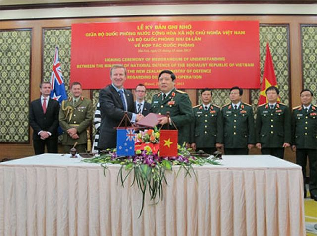 General Phung Quang Thanh, Minister of National Defence of Vietnam , on November 25th, received his New Zealand counterpart Jonathan Coleman in Hanoi, on his official visit to Vietnam. General Thanh affirmed that the visit by the New Zealand Minister of Defence would contribute to the friendship and mutual understanding between the two armies.
