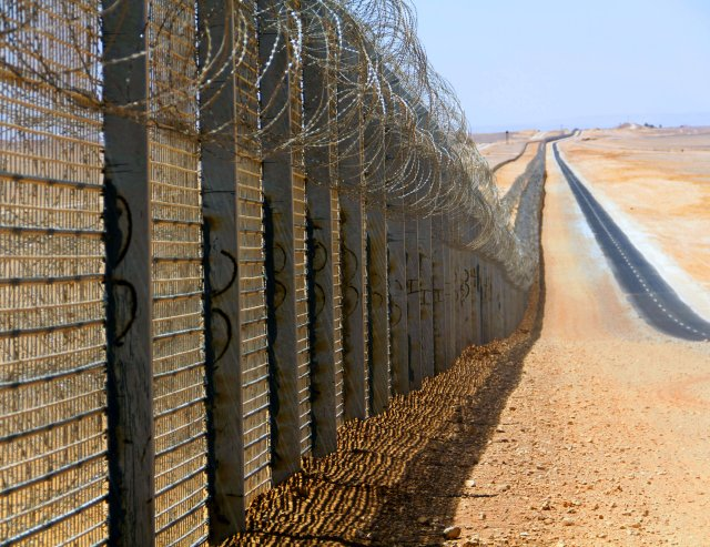 Jordan erecting barrier on border with Syria and Iraq to stop Islamic State fighters 640 001