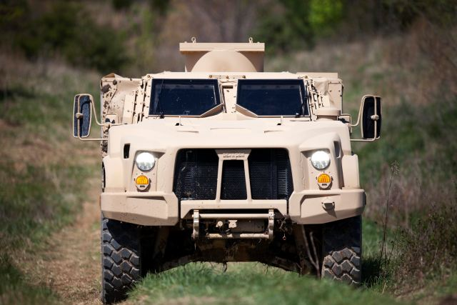 Oshkosh Defense presents its full range of military and security vehicles at Dubai Air Show 2015 640 001