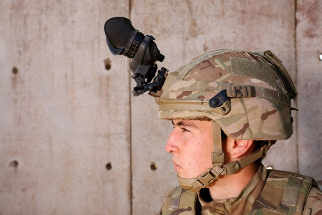 The new Virtus body armour system is now issued to the British infantry troops 640 002