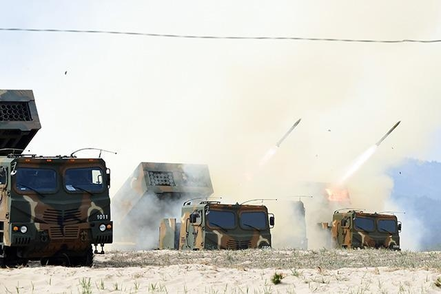 South Korean army performs first live firing exercise with the new Chun-Mu multi-caliber MLRS (Multiple Launch Rocket System) together with K9 155mm self-propelled howitzer and KH179 155 towed howitzer.