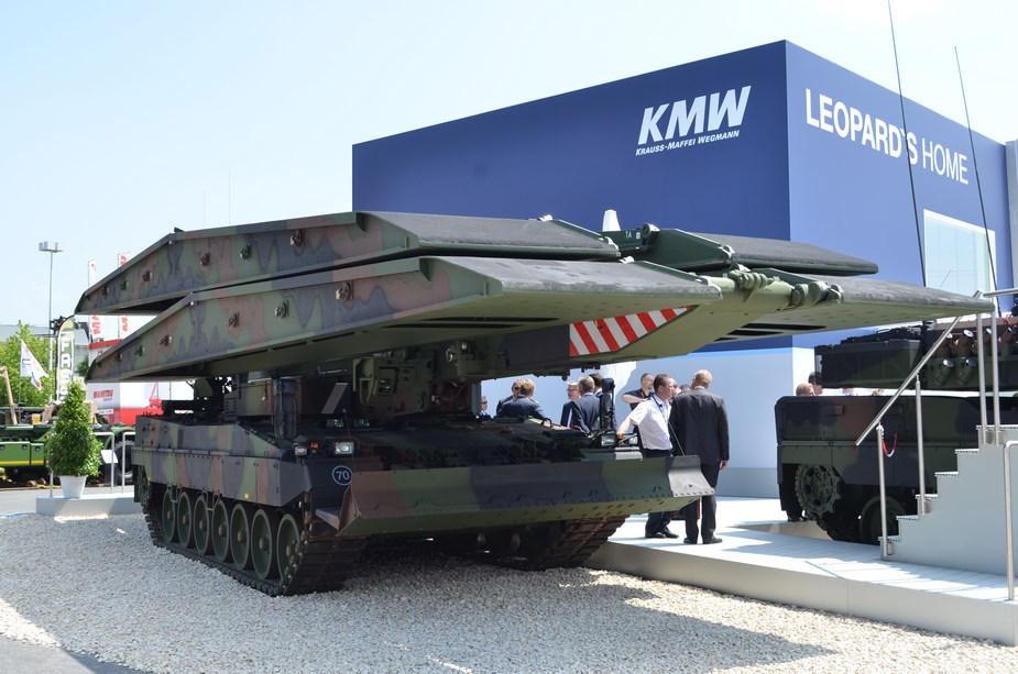 New armored bridge layer Iguana delivered to German pioneers