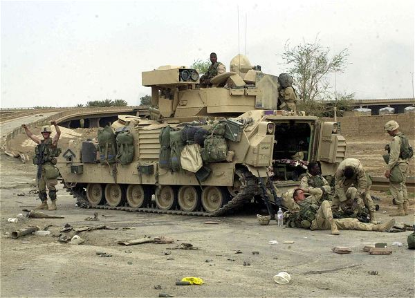 http://www.armyrecognition.com/images/stories/north_america/united_states/light_armoured/m2_m3_bradley/pictures/Bradley_armoured_infantry_fighting_vehicle_United_States_American_US_Army_34.jpg